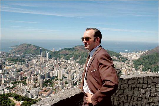 Dans OSS 117, Rio ne répond plus, quel pseudonyme, imposé par son agence, doit porter le héros ?