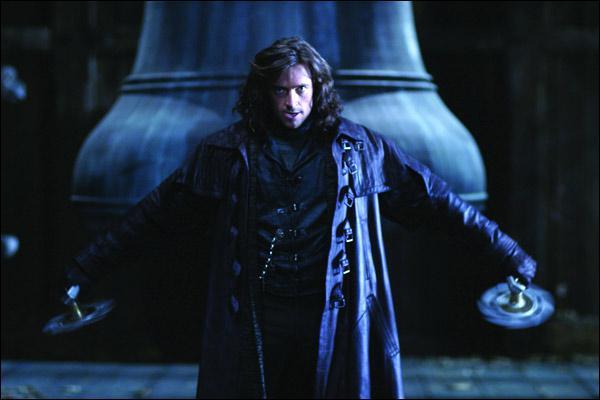 Au début du film éponyme, qui Van Helsing affronte-t-il dans le clocher de Notre Dame ?