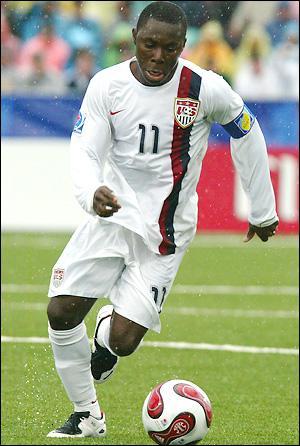 Nouveau Pelé : joueur de 17 ans ayant réussi 3 passements de jambes lors d'une rencontre télévisée. Exemple : ce joueur américain qui a débuté à 14 ans en MLS...