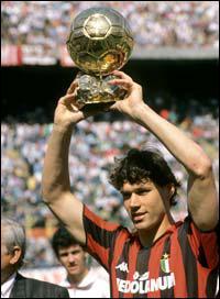 Ballon d'Or : Mister Univers de la galaxie football pour une année. Parmi les habitués : Platini et Cruyff, qui l'ont reçu 3 fois. Tout comme ce joueur, ancienne gloire du Milan AC :