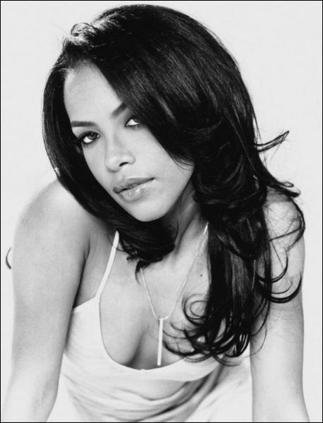 Cette chanteuse et actrice américaine est morte dans un accident d'avion le 25 août 2001 à Marsh Harbour dans les îles Abacos (Bahamas)