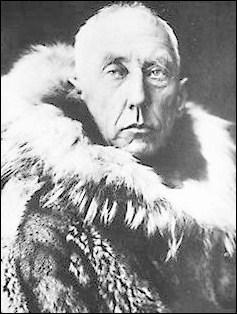 Ce marin et explorateur norvégien très célèbre a disparu le 18 juin 1928, vers l'île aux Ours, en prenant part à une mission de recherche et de sauvetage :
