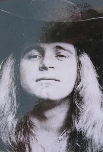 Ce chanteur américain, leader du groupe Lynyrd Skynyrd, est mort dans le crash de l'avion qui emmenait le groupe en tournée le 20 octobre 1977, près de Gillsburg, dans le Mississippi :