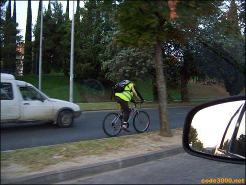 Le jour se lève, ce cycliste circulant en agglomération doit porter le gilet rétro-réfléchissant de sécurité :