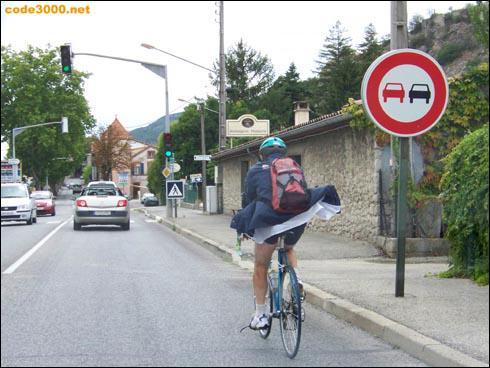 Je dépasse ce cycliste.