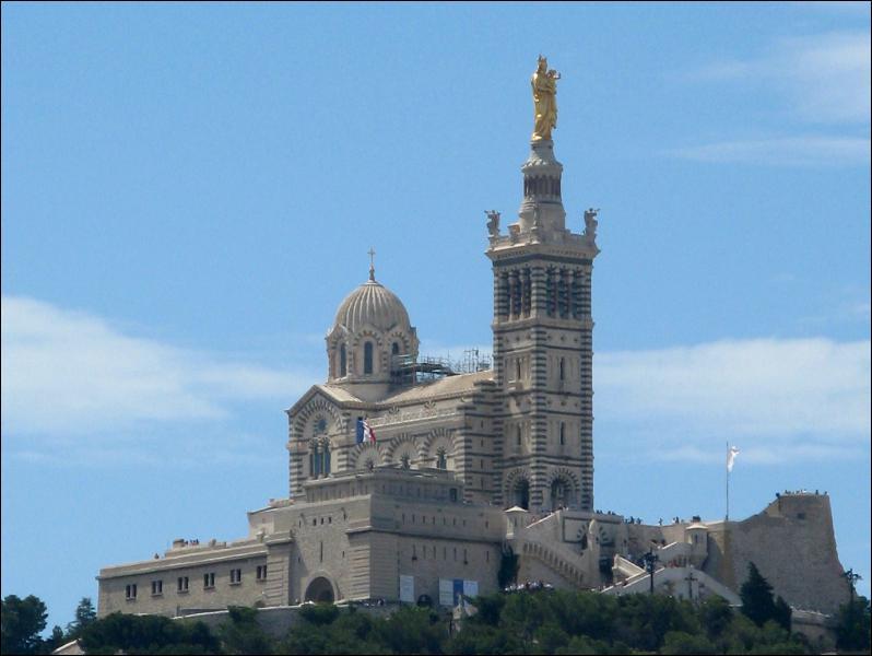 Considérée par la population comme la protectrice de la ville, Notre-Dame-de-la-Garde domine Marseille. De style néo-byzantin elle fut construite entre 1853 et 1864. Les Marseillais la surnomme ...