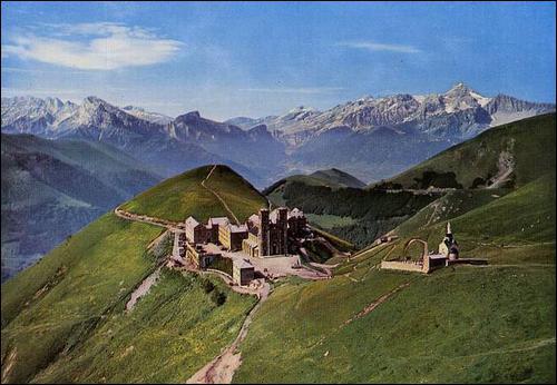 La Vierge Marie serait apparue à cet endroit en 1846. C'est devenu le 2ème lieu de pélerinage en France. Situé à 1800m d'altitude en Isère c'est ...