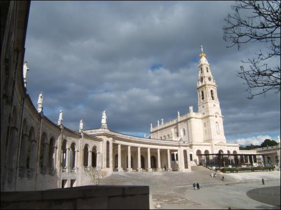 Ici aussi la Vierge serait apparue à trois bergers en 1917. Devenu un célèbre pélerinage catholique Notre-Dame de Fátima se trouve ...