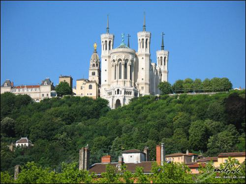 Notre-Dame de Fourvière domine la ville de Lyon. Construite à l'emplacement de l'ancien Forum de Trajean c'est une ...