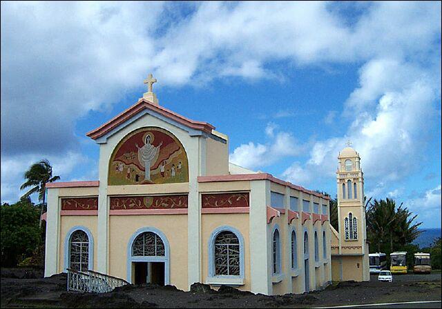 Notre-Dame-des-Laves doit son nom à la coulée de lave qui s'est arrêtée sous son porche lors de l'éruption du Piton de la Fournaise. C'est une attraction touristique de ...