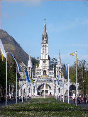 Construite entre 1823 et 1869 la basilique Notre-Dame-du-Rosaire à Lourdes est le 3ème plus important lieu de pélerinage catholique au monde. Sur le gave de Pau, Lourdes est dans les ...