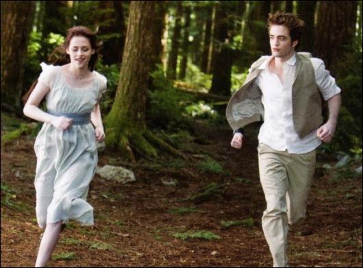 Qui voit cette scène dans les pensées d'Alice en lui touchant la main ?