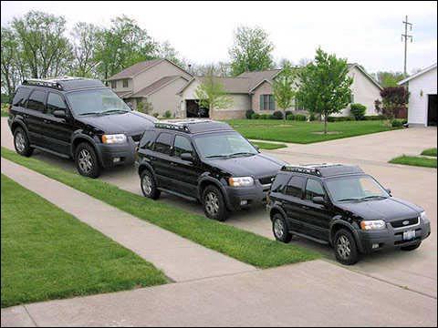 Regardez bien les trois voitures !