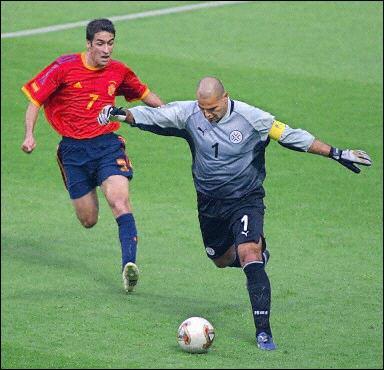 Il occupe une place de choix dans la catégorie des goals sud-américains dingos. Ce paraguayen à la frappe surpuissante, auteur de 8 buts en sélection, a été élu 3 fois gardien de l'année par la FIFA.