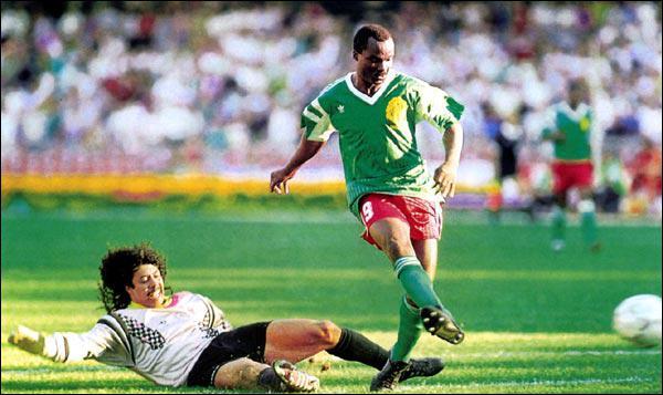 Encore plus dingue, René Higuita. Tireur de coups francs redoutable, il est aussi connu pour avoir tenté et raté un dribble lors du mondial 90, et offrir un but tout fait à cet attaquant camerounais. .