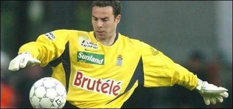 Charleroi-Mons en 2002, championnat de D1 belge. Le goal français de Charleroi s'offre un bel instant de gloire en inscrivant un but de sa propre surface, sur un dégagement au pied. Il s'agit de...