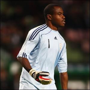 On l'a vu récemment contre Lyon, ce gardien nigérian de l'Hapoël Tel-Aviv adore tirer les penalties, et plus encore les marquer ! Il s'agit de...