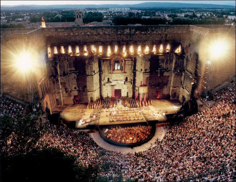Dans quelle ville se trouve ce théâtre antique ?