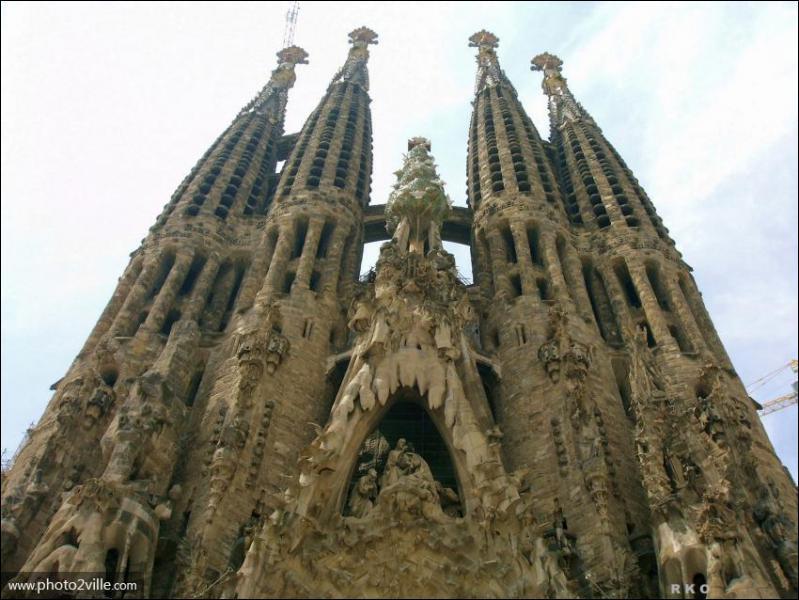 Laquelle de ces propositions concernant la Sagrada Familia, monument emblématique de Barcelone est fausse ?