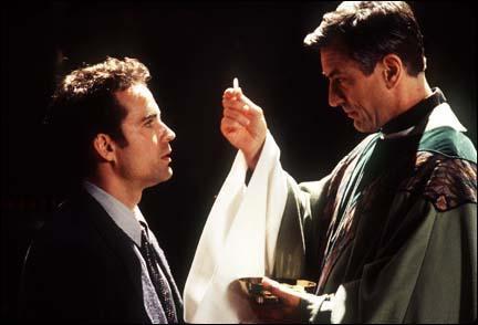 Dans quel film de Niro joue-t-il le rôle d'un curé lié d'amitié avec des jeunes du quartier ?
