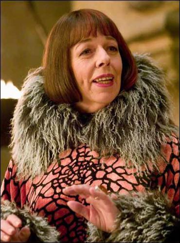 C'est la directrice de l'école de magie Beauxbâtons.