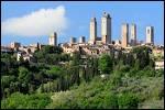 La petite cité de San Gimignano est entourée de remparts où l'on peut compter quatorze...