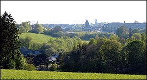 Popularisée par la course cycliste qui la relie à la ville citée au-dessus, cette cité fut assiégée pendant un mois lors de la bataille des Ardennes. Vous êtes à :