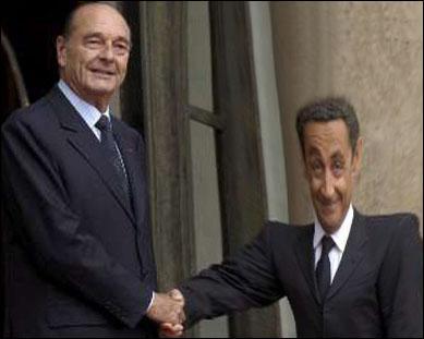 A qui Jacques Chirac serre-t-il la main ?