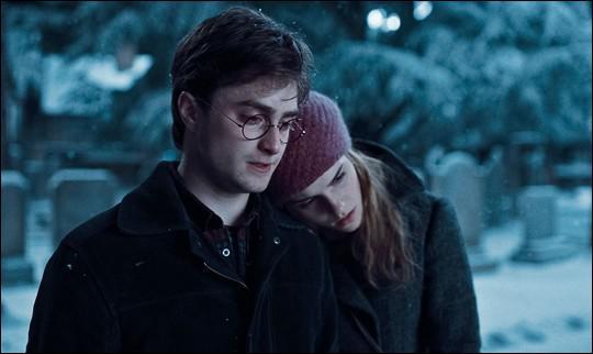 Dans le cimetière de Godric's Hollow, quelle tombe Harry et Hermione contemplent-ils ?