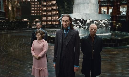 Que représente la statue derrière ces quatre personnages ?