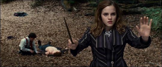 Pourquoi Hermione lève-t-elle les bras ?