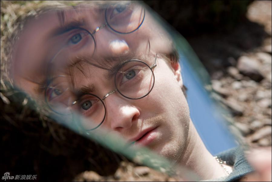 Qu'est ce que Harry apperçoit sur ce fragment de miroir ?