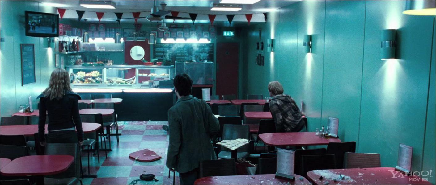 Quels mangemorts font irruption dans le café moldu où se trouvent Harry, Ron et Hermione ?