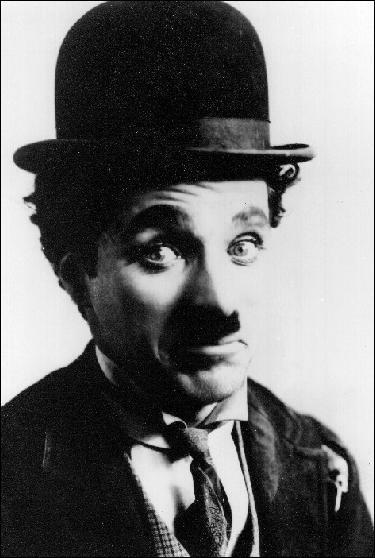 Acteur, réalisateur, producteur, scénariste, écrivain et compositeur britannique né à Londres le 16 avril 1889. Qui est-ce ?