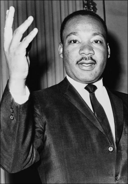 C'est un pasteur baptiste afro-américain né à Atlanta (États-Unis) le 15 janvier 1929 et mort assassiné le 4 avril 1968 à Memphis. Prix Nobel de la Paix en 1964. Qui est-ce ?