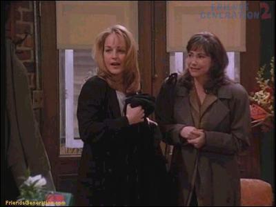 Rentrant dans le Central Perk, Helen Hunt et Leila Kenzle confondent Phoebe avec Ursula. De quelle série sont-elles les vedettes ?