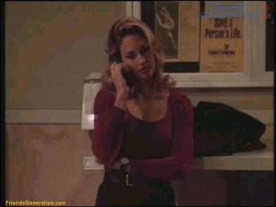 Quel mannequin américain, égérie de Victoria's Secret dans les années 80-90, joue son propre rôle dans l'épisode 7 'Celui qui a du jus' ?