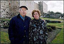 C'est le couple Klarsfeld, chasseur de nazis ; elle c'est Beate, lui c'est l'avocat :