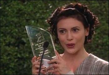 A la fin de la saison 7, Phoebe reprend ses études de quoi ?
