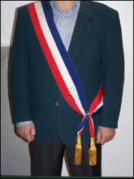 Le maire a défilé ------------ de son écharpe tricolore.