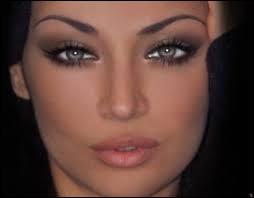 Entre bleu et vert, elle avait de magnifiques yeux ----------.