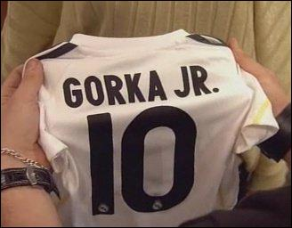 Qui offre un T-shirt de foot-ball à Gorka . ?