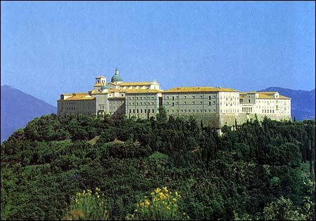 En 44, les troupes alliées se heurtent à une forte résistance au Mont Cassin...