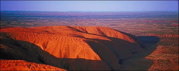 Quelle est cette chaîne de montagne située dans le même pays qu'Uluru ?