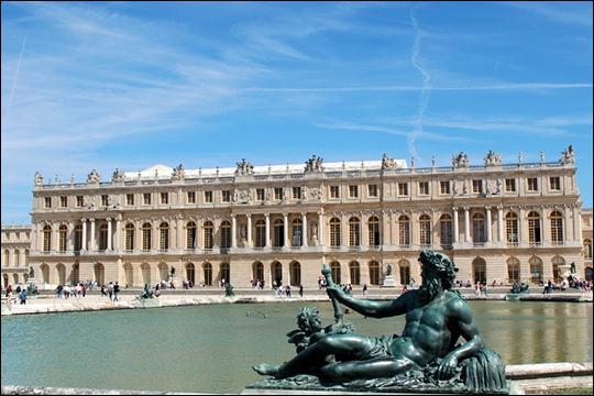Emblématique du règne de Louis XIV, le château de Versailles est le palais le plus visité de France avec