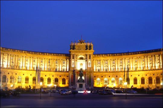 Commencé au XVè siècle, le palais de Hofburg était la résidence hivernale de la dynastie des habsbourg. Il s'agit aujourd'hui