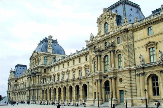Le palais du Louvre, ancienne résidence des rois de France de Charles V à Louis XIV est