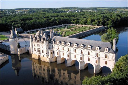 Majestueusement posé sur le Cher, ce château n'en finit pas de rêver. On l'associe entre autres à Catherine de Médecis qui a marqué l'histoire des lieux. Il s'agit du