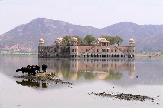 Ancien palais des princes, trônant au milieu du lac Man Sagar en Inde, ce palais flottant est