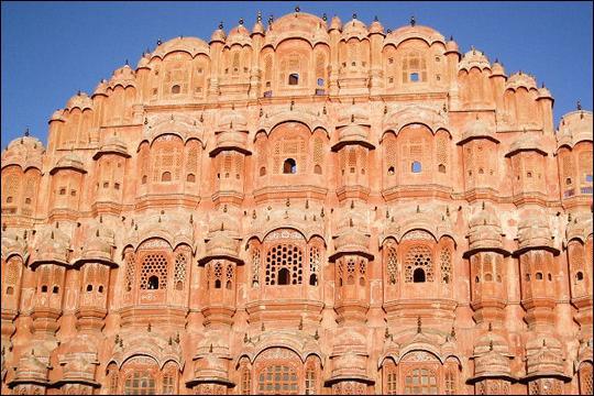 Autre attraction touristique de l'Inde, le palais des vents (ou Hawa Mahal), est connu pour ses innombrables fenêtres qui laissent pénétrer la brise pour rafraîchir la pierre. Elles sont au nombre de